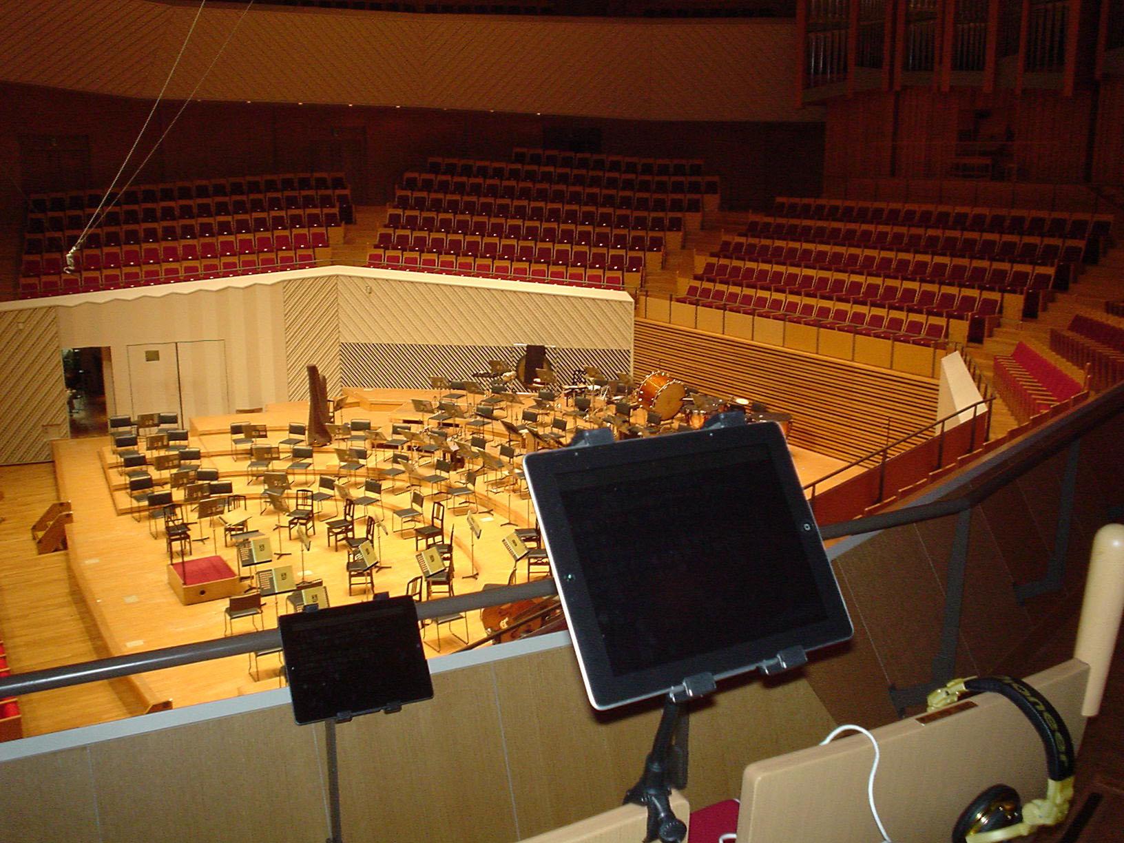 コンサート会場に設置された字幕用タブレット